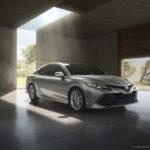 2018_Toyota_Camry_Hybrid_XLE_01_34B6AB8747324E4E49AC840CC4397F7FD0199475